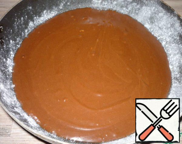 Form a diameter of 24 cm grease with butter, sprinkle with flour, pour half of the dough and put in the refrigerator.