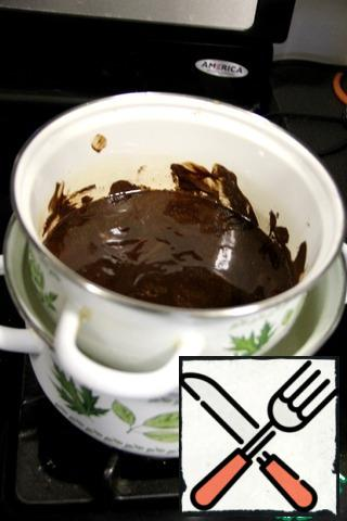 200 g butter and chocolate put on a water bath and, from time to time stirring, bring to complete dissolution. As soon as the butter and chocolate dissolve, immediately remove from heat. Do not give the mass much heat!