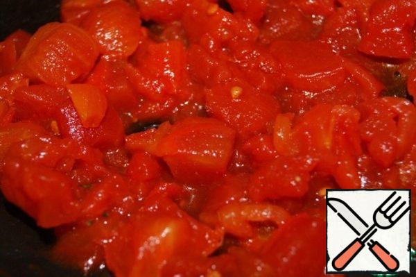 Cut into pieces and peeled tomatoes and seeds to simmer until almost complete evaporation of the liquid.