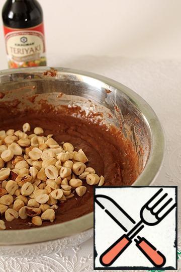 Add the hazelnuts, stir quickly.