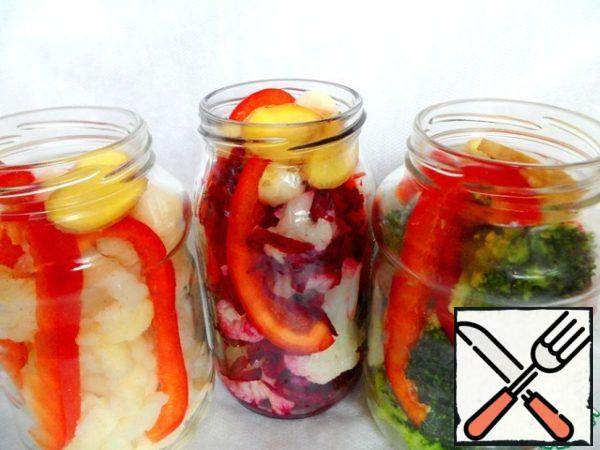 In each jar to put strips of bell pepper, put in 2 cloves garlic and 2 slices ginger.