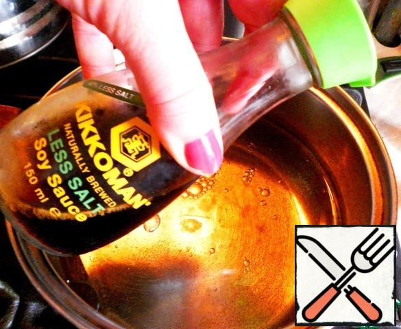 Cook the marinade: in a saucepan pour 750 grams of water, 150 ml of 6% vinegar, 100 ml of vegetable oil, 1.5 tbsp of coarse salt, 150 g sugar, 2 - 3 tbsp. soy sauce, 6 cloves. In a jar with cauliflower add 1/2 teaspoon turmeric and all the banks pour boiling marinade.