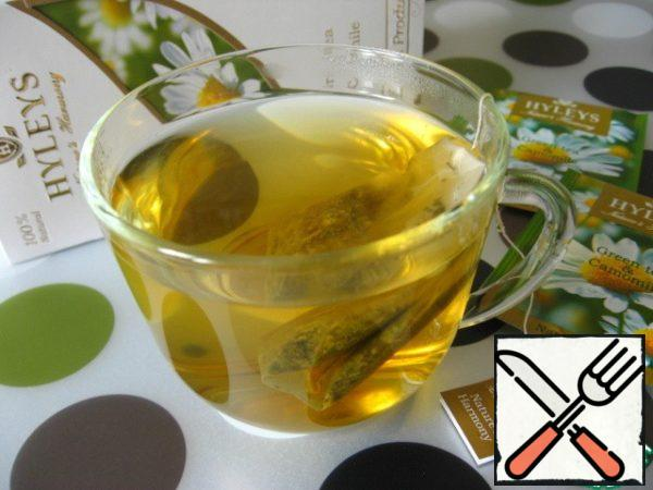 In the Cup to brew the tea bag of green tea with chamomile. Leave to infuse for 3-5 minutes. Then remove the tea bag.