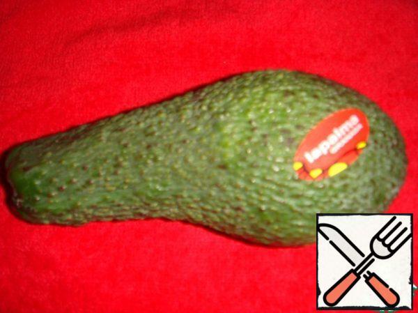 Peel the avocado, cut into pieces.