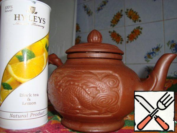 To start brewing tea, use a clay kettle, tea do not regret, brew strong. Ready tea pour into a glass and wait for it to cool down.