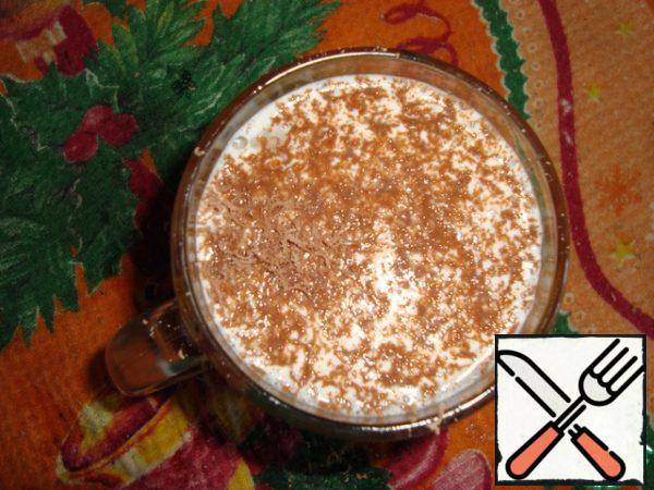 Then pour everything back into our Cup and sprinkle with grated chocolate for decoration.
