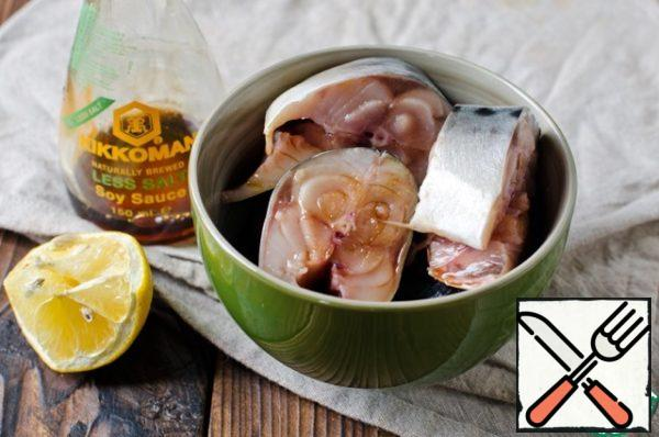 I must say that I got two forms, such as in the photo. Gut the mackerel, rinse and cut into pieces. Place it in a bowl and marinate in 2 tablespoons of lightly salted soy sauce.