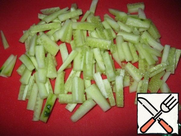 Cut the cucumber into strips.