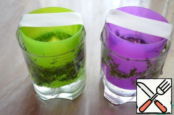 With the help of a patch to fix in glasses, plastic cups smaller and put in the freezer until solidification.
