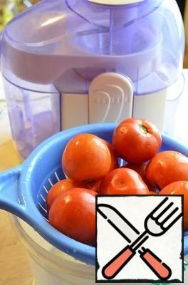 Wash tomatoes and bell peppers. It took me 5 medium tomatoes. Peel the garlic.