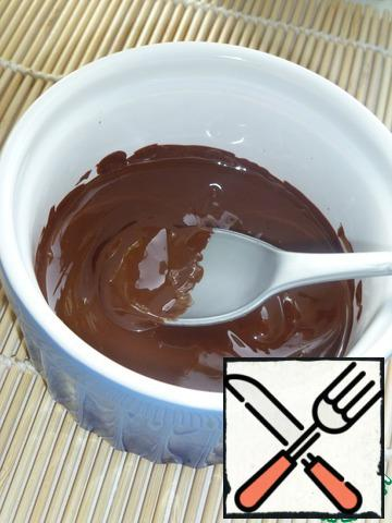 Chocolate break into small pieces, melt in a water bath.