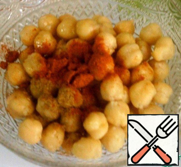 Often remains boiled chickpeas after cooking a variety of dishes, then it can be used for salad. If not, the chickpeas soak in advance, you can at night. Boil until tender, about 40 minutes before end of cooking salt. Add the paprika and a little cumin. Add oil, seasonings.