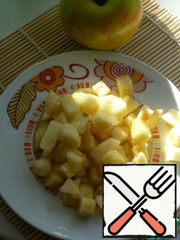 Apples cleaned, remove the core, flesh cut into cubes.