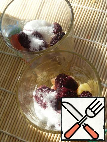 Rinse the berries, dry. Put apples and blackberries in glasses, cover with sugar, leave for 25-30 minutes.