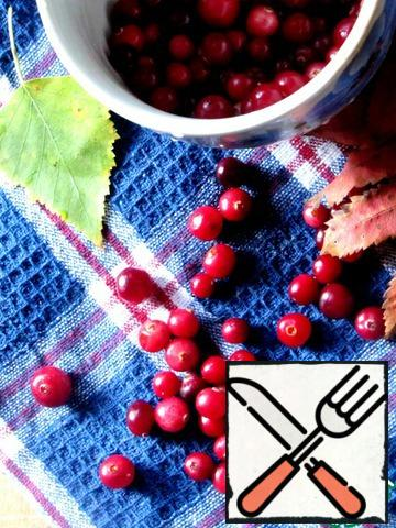 Cranberries are well washed, sorted out, remove small debris, it is often found in the purchased berry. If you use jam, then this step, of course, is skipped.