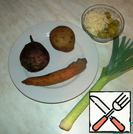 We will gather the vegetables we need. Boil beets, potatoes and carrots separately until ready.