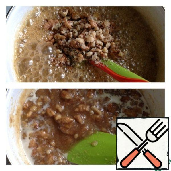Add walnuts, chopped not very large and not small. Medium-sized pieces. Constantly stirring, pour the cream, and cook for another 3 minutes.