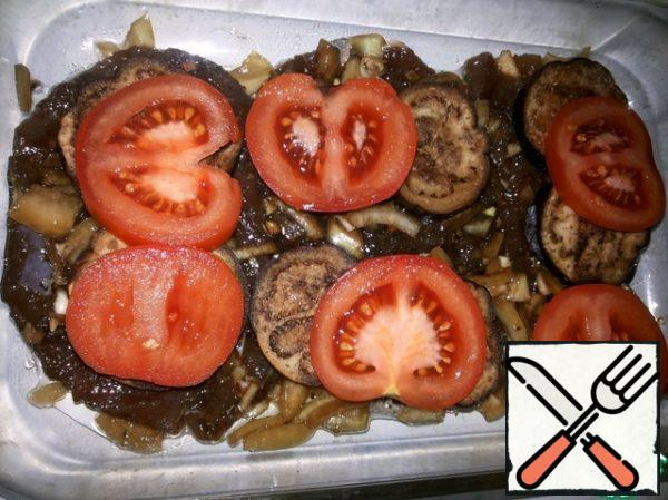 Arrange the meat in a baking dish, onion-garlic spread on top, then slices of eggplant (you can pre-fry the eggplant, but I didn't do it - so juicy), mugs of tomato.