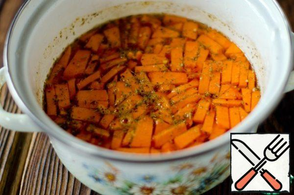 Cut the pumpkin into cubes, put it in a saucepan or a saucepan and fill it with water so that it covers the pumpkin, salt, pepper, add thyme and rosemary. Simmer until tender. Remove from heat and allow to cool.