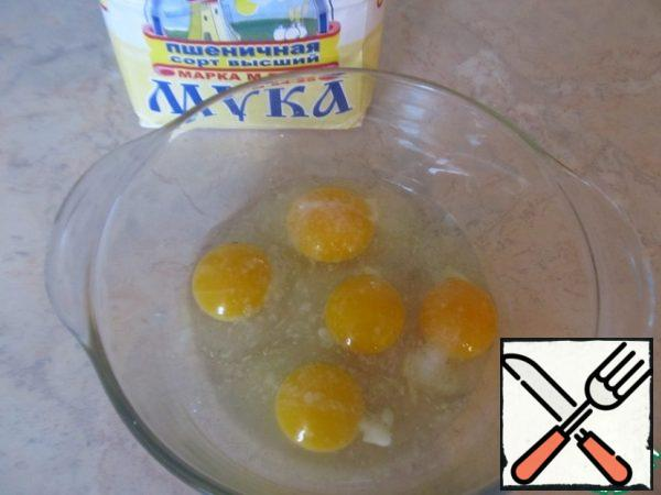 Prepare the dough: beat the eggs a little with salt, add the flour and knead the dough. Do not immediately add too much flour, just so as not to stick to the hands.