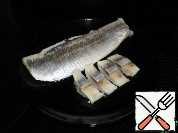 Cut the herring fillet into thin strips.
