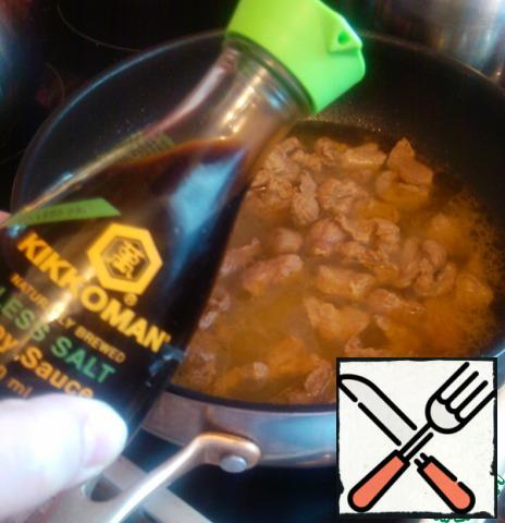 Now pour about 1 Cup of water, add soy sauce, cover and put out for about 30 minutes-during this time the water should boil.If the water does not boil - open the lid, turn on the maximum fire and evaporate the water.