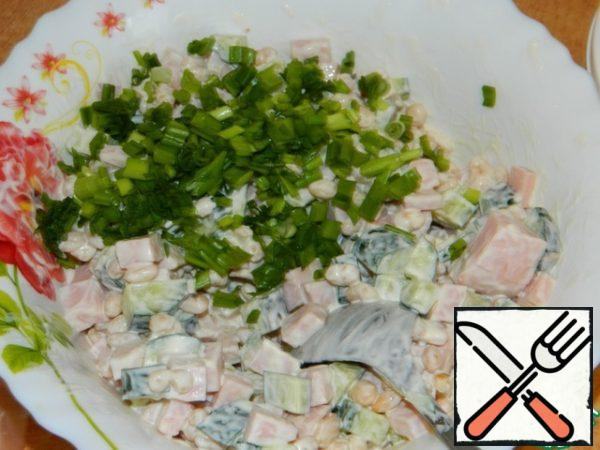 Connect beans with cucumbers and ham. Add the crushed garlic, onion greens and season the salad with mayonnaise. Cool a little and let it brew.