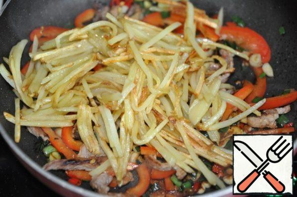 Put the fried potatoes.