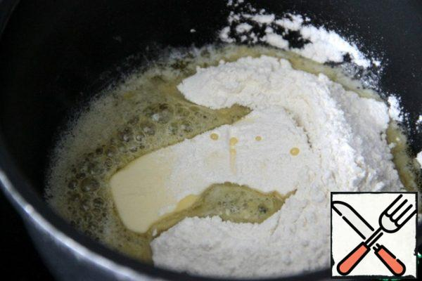 First, we prepare the classic Béchamel sauce. I'll show it in more detail (for beginners), and those who know how to cook, you can skip a few steps. Heat a saucepan with non-stick coating, reduce the heat, put the butter in it and when it is not yet completely melted, add flour. Then very quickly all the time interfere with a wooden spatula and keep ready milk and water (broth). When the flour and oil are fully connected and brewed a small lump of dough, gradually begin to pour slow portions of the liquid.