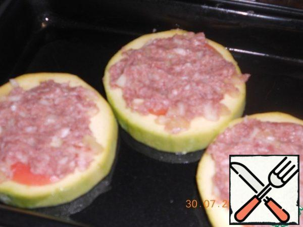 Cover the tomato with minced meat.