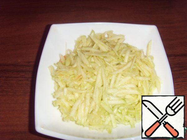 Zucchini grate on a coarse grater, squeeze.