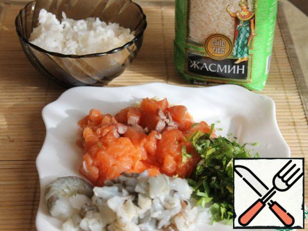 Finely cut salmon, shrimp, parsley, garlic, mix with boiled rice, salt, pepper, season with olive oil and knead minced meat.