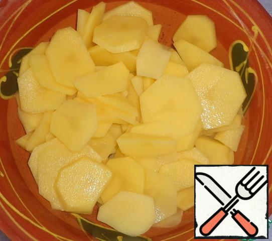 Take a small potato to get circles. Peel potatoes, rinse with water, cut into not too thick circles. When the potatoes are already cut into slices, do not need to wash it with water, so as not to remove the starch.