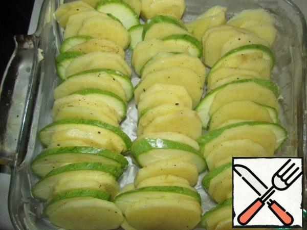 """Peel potatoes, cut potatoes and zucchini into roundels, 0.5 cm thick, salt, pepper, add nutmeg, crushed and chopped garlic without a Central rod, grease the refractory form with butter and put"""" packages """" of potatoes and zucchini (see photo)"""