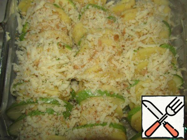 Grate cheese and bread on a grater, mix bread crumbs and grated cheese, sprinkle abundantly, stacked vegetables on top.