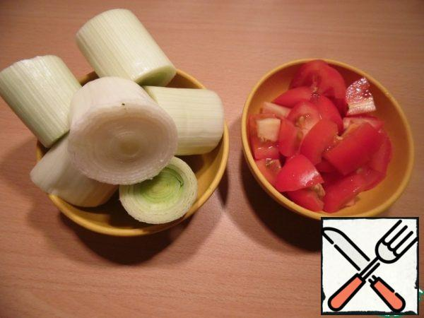 Onion cut into barrels, with a height of 2 cm, tomatoes – diced.