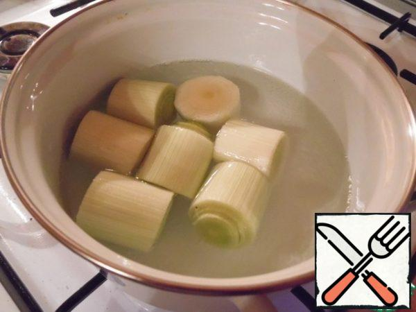 Bring salted water to a boil, boil the onion in it (7-9 minutes until it becomes soft). Onions to cool.