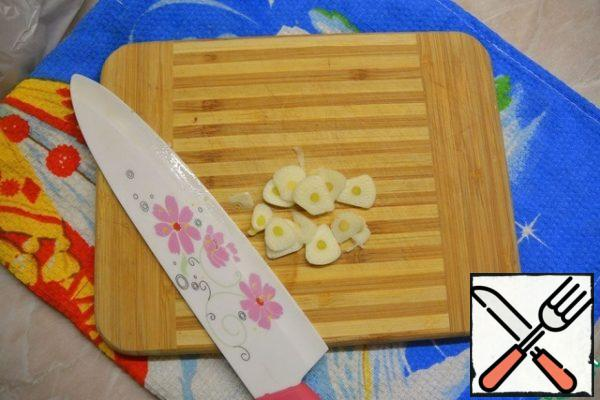 Garlic peel, cut into slices.