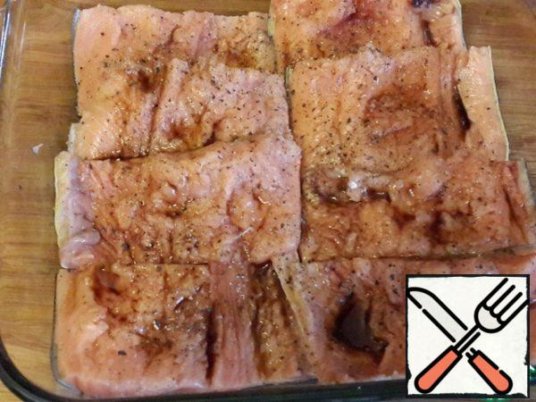 Salmon (fillet) cut into portions and place in a baking dish skin down. Sprinkle with salt and pepper. Mix balsamic vinegar with lemon juice and brush to lubricate this mixture of fish.