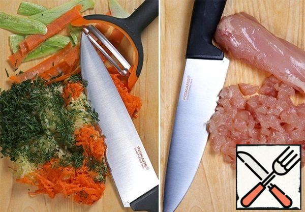 Peel the carrots and zucchini, grate on a fine grater, wash the dill and finely chop. Chicken breast cut into as small as possible. You can use a large grid in a meat grinder, but the pieces are juicier, and if you have a good knife - then cutting will not be difficult for you.