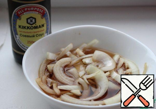 Peel the onion and cut into thin half-rings. Mix soy sauce with honey, balsamic vinegar and a little water. Pour the onion and leave to marinate for 30 minutes. Then onions carefully wring out.