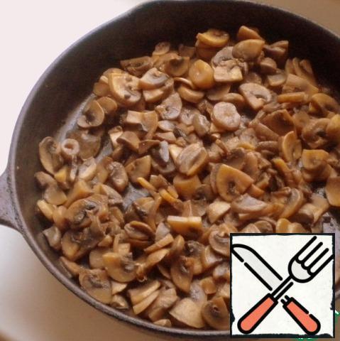 Mushrooms cut into medium-sized and fry until the liquid evaporates.