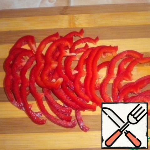 Bulgarian pepper cut into half rings.