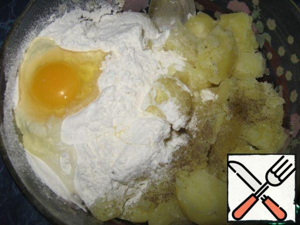 Peel potatoes, boil in salted water, drain all water, potatoes should be dry. In the cooled potatoes (mash in mashed potatoes) add the egg, sifted flour.