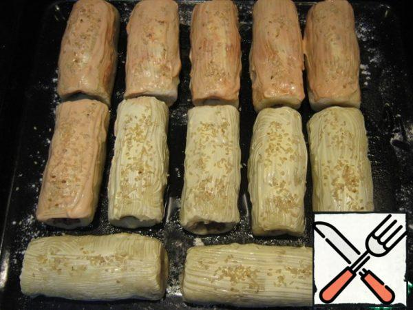 I smeared half of the rolls with mayonnaise, the other half with mayonnaise mixed with ketchup. Sprinkle sesame seeds. Baked at 200 degrees for 25 minutes.