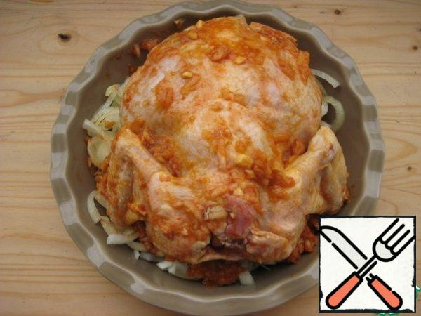 On the onion put the chicken together with the marinade. Bake at a temperature of 180 gr for 1.5 hours, periodically pour the chicken on top of the resulting juice. The recipe of this spicy, fragrant, juicy chicken is suitable for Sunday lunch or dinner. Lovers of sweet and sour sauces will like it. Spicy chicken with Apple, spices and tomatoes turns juicy, tender!  Bon appetit!