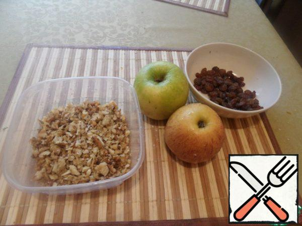 Apples peel and grate (can be cut into thin slices-as you like). Pour the raisins with hot water for 5 minutes and dry. Finely chop the nuts.