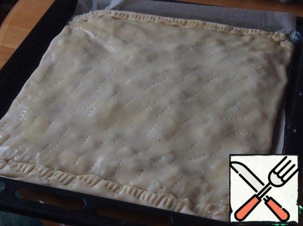 Put the second rectangle of dough, to take the edge, densely prick the dough with a fork, place in preheated oven and bake at 180 degrees for about 20-25 minutes. Then remove the pie from the oven, quickly lose with protein, whipped with a fork, sprinkle top with remaining almonds and put again in the oven for 10 minutes.