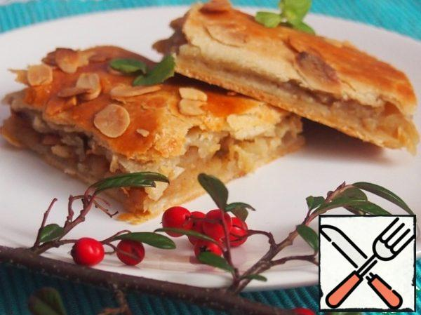 Crispy thin dough, crispy almonds, apples... Bon appetit!