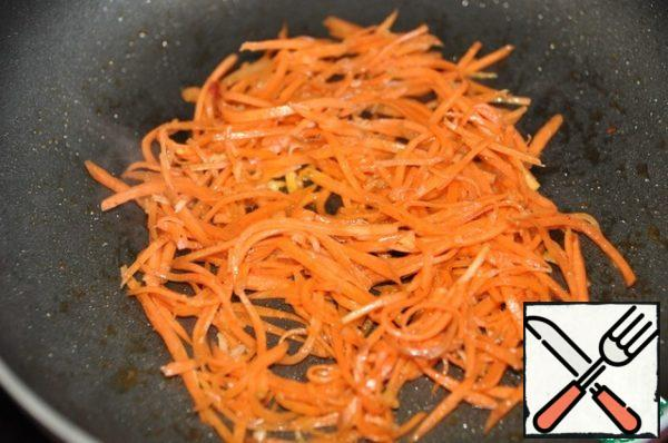 Put and fry about 100 g of ready-made Korean carrots in a pan, do not add oil. Cook for 1 minute.